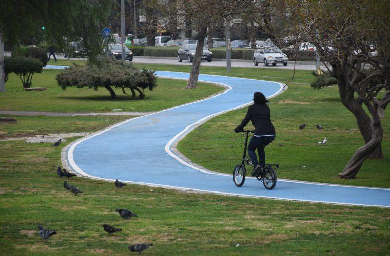 bisiklet yolunda bir bisikletli görülüyor