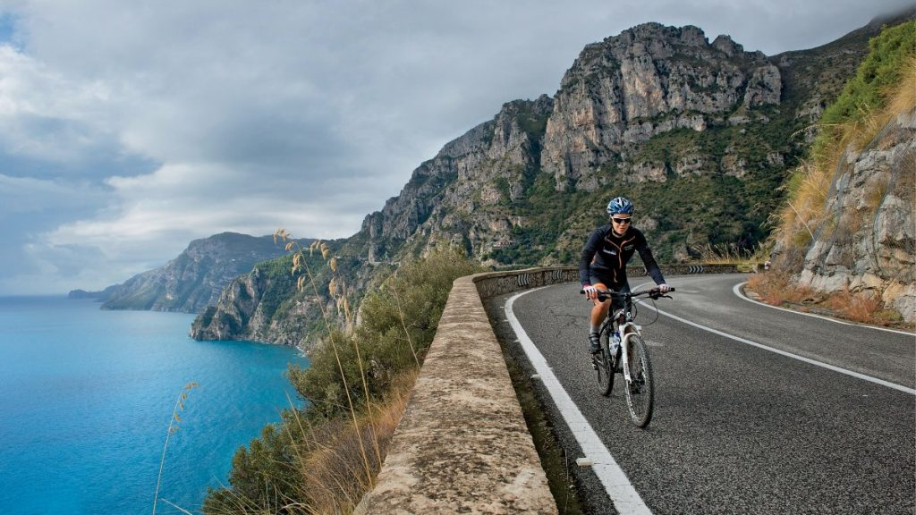 Julina Buhring dünyanın etrafını bisikletle turlamaya çıkarken herkesin gittiği yönün tam tersine gitmeye karar veriyor, yani doğudan batıya.